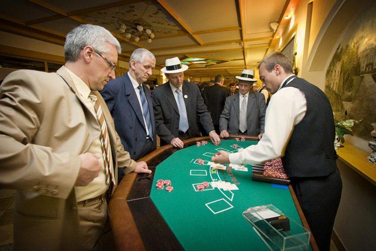 Stół do zabawy w black jack z obsługą krupiera - casino, casino wynajem