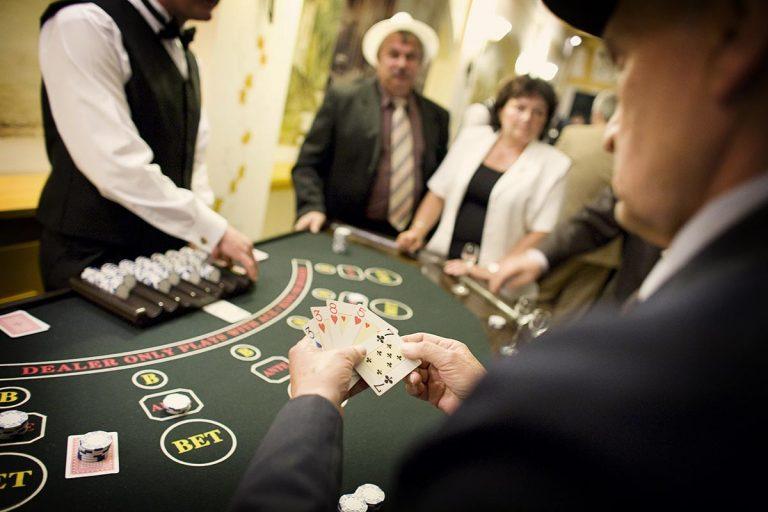 Stół do zabawy w pokera z obsługą krupiera -casino, casino wynajem